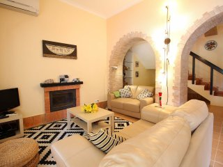 Casa Sol, Duplex Apartments, Wine Estate, 2 Bedrooms, Sleeps 5, Air-con, BBQ & Shared pool, Lagoa