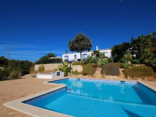 Villa Diane, Luxury Cottage, Ocean views, 2 Bedrooms, Sleeps 4, Air-con, BBQ & Shared pool, Carvoeiro