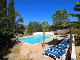 Villa Rosa, Family villa, Tranquil area, 4 Bedrooms, Sleeps 8, Air-con, BBQ & Large Pool, Carvoeiro