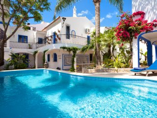 Villa Oasis, Hidden Gem, Heart of Village, 5 Bedroom, Sleeps 10, Air-con, Pool & Courtyard