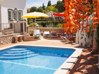 Villa Oliveira, Family villa, Tranquil area, 4 Bedrooms, Sleeps 8, Air-con, BBQ & Pool