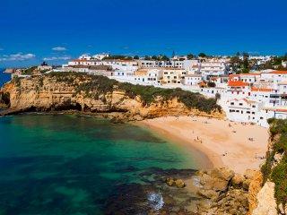 Villa James, Ocean Views, Heart of Village, 7 Bedroom, Sleeps 14, Air-con, Pool & BBQ, Carvoeiro