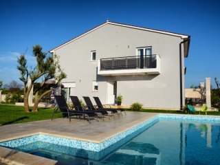 Beautiful villa with heated pool, 400 m from sea