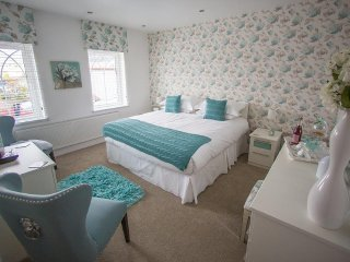 Queen bee and b - The Laura Ashley Double Rm, Merthyr Tydfil