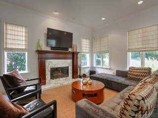 Elegant 4BR, 4.5BA Pacific Palisades Condo Near Beach and Los Liones Hiking, Topanga