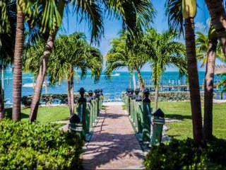 **Spring Promo** Family Friendly Executive Bay Townhome with Beach & Pool, Islamorada