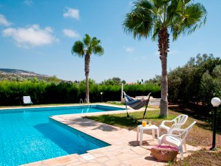 Lovely 3BR Villa only 800m from the beach, wifi, Paphos