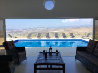 Uber Cool Private Villa with Spectacular Views, Stroumbi