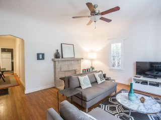 LOVELY UPDATED BEVERLY HILLS APARTMENT, Beverly Hills