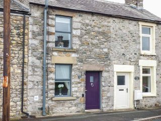 BANK END COTTAGE, close to amenities, countryside location, great base for
