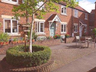 Glastonbury Town Centre cottage in quiet courtyard