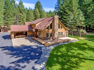 Impressive 5BR Custom Chalet!  5 Kings! Slps 12 | WiFi | Hot Tub | Game Room