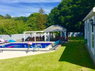 Beautiful 5 Bedroom 3 Bath luxury home with pool AND HOT TUB (HIRE)sleeps 13 1/2