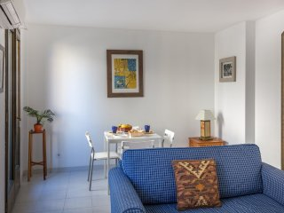 FRANCIS - BrighT, airy & centered. 1 minute distance to the beach!