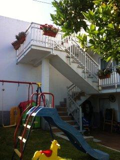 Bajada a apartamento, jardín y parque infantil