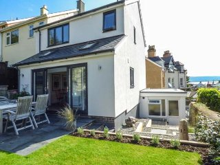 BRO DYFI, stylish house, woodburner, WiFi, enclosed garden, in Aberdovey, Ref 93
