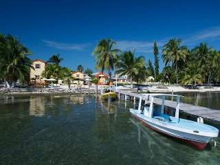 Beach Front property, wifi, 'AC Room'- TP, Caye Caulker