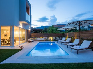 Koras Villa - modern villa few steps from beach with heated swimming pool