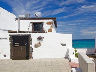 Stunning sea front Eco Fisherman's Cottage, next to sandy beach & restaurants