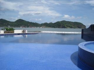 Beachfront Condo With Incredible Sea View, Sleeps 6, A/C, WiFi, Balcony, Pool