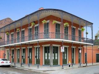 Charming French Quarter Condo Steps2Bourbon, Nueva Orleans