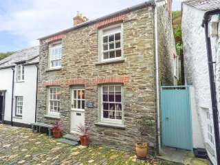 COBBLE COTTAGE, terraced, WiFi, private patio, open fire, in Boscastle, Ref 938196