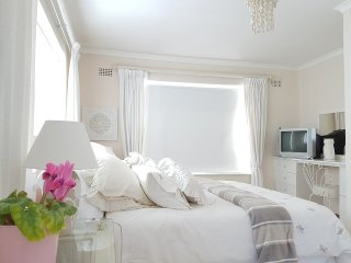 Romantic One Bedroom, Walk to Beach, Views and Shared Pool - Irene's Pad, Simon's Town