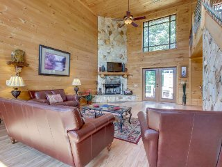 Dog-friendly cabin w/partial mountain views, private hot tub, sauna, pool table