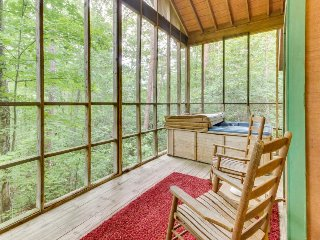 Dog-friendly mountain cottage w/ hot tub, bedside Jacuzzi, and more!, Sautee Nacoochee