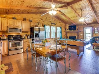Charming, dog-friendly cabin with private hot tub & lovely mountain views!, Sautee Nacoochee