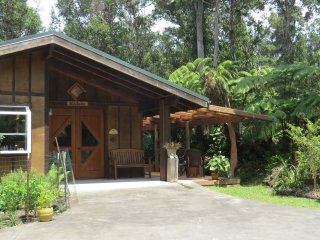 Craftsman cottage on 6 forested acres, Kailua-Kona