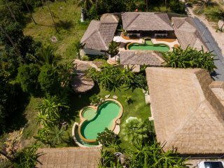 Baan ya Kha and Baan Yai can be rented together (Baan Thamarchat) for up to 20 guests