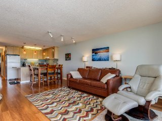 Dog-friendly condo w/great ocean views, shared hot tub & pool, easy beach access