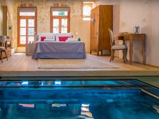 LUXURY SUITE WITH PLUNGE POOL AND SEA VIEW, Chania Town