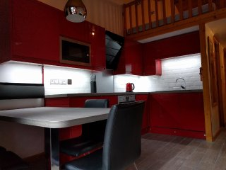 Dining table for 4, high quality kitchen units & appliances. LED strip lighting under cupboards