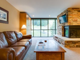 Ski-in/ski-out upscale condo w/ shared pool & hot tub - close to lifts, Copper Mountain