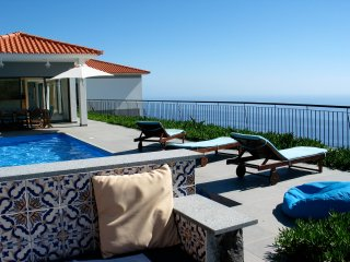 Luxury villa, sleeps 8, stunning view, heated pool, Faja da Ovelha