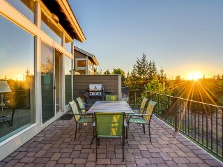 Townhouse with a private hot tub and deck, on-site golf, and shared pools!, Redmond