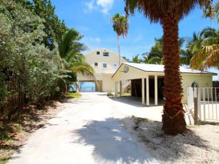 KEYS OCEANFRONT HOME-PRIVATE BEACH/POOL + 3 VILLAS, Marathon Shores