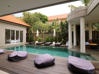 Del Mar3, 3 Bedroom Villa right by the beach, Seminyak
