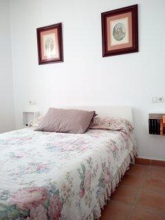 Dormitorio principal de matrimonio con cama matrimonio de 1,40