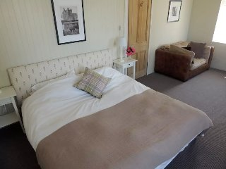 Welcoming B & B in Hunting Lodge, Loch Lomond, Alexandria