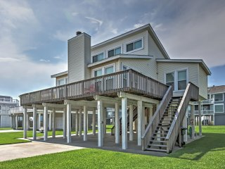 Prime Galveston House w/Deck - Steps to the Beach!