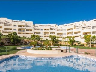 LOVELY 2 BED/2 BATH APT, WIFI AIR, CON VIEWS. SUPER POOL,BENALMADENA GOLF HOMES