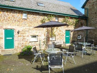 GAMEKEEPER, pet-friendly, shared courtyard, Jacuzzi bath, shared swimming pool and tennis court, Holsworthy, Ref 935894