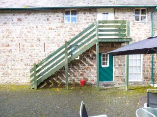 LITTLE BARN, shared use of tennis court and swimming pool, pet-friendly, shared courtyard, Holsworthy, Ref 935895