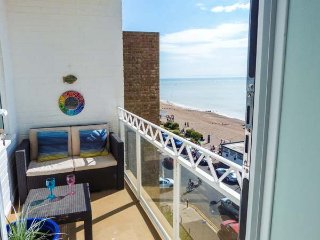 TOBAGO, unique seafront apartment, WiFi, balcony, beach opposite, in Bexhill-on-