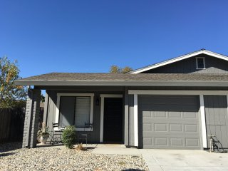COZY 2 BED, 1 BATH, 1 CAR GARAGE WITH BACKYARD!, Sacramento