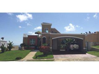 Hermosa y amplia Villa de 3 niveles -1 milla playa, Ceiba