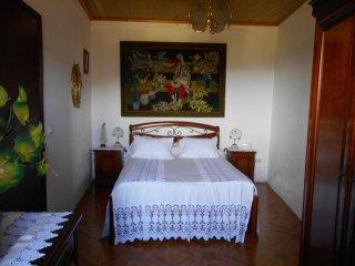 Tarifa é de 42€ por quarto duplo/noite. 2 quartos= 82€ -3 quartos 100€ noite.
